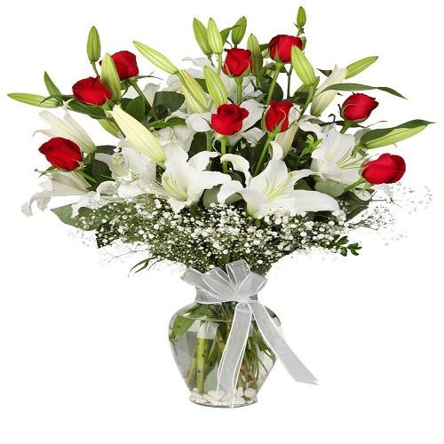 19 adet renkli gül buket Vazoda Lilyum & Kırmızı Gül
