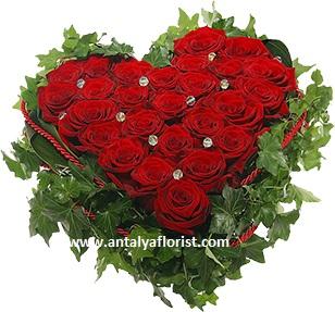 beyaz lilyum ve kırmızı gül buket Kalp Gül Arajmanı