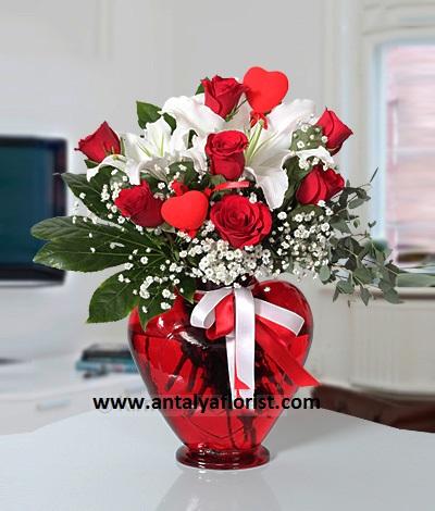 9 kırmızı gül buket Kalp Vazoda Lilyum&Gül